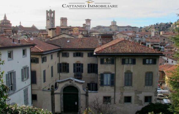 Palazzo lato Portone Principale